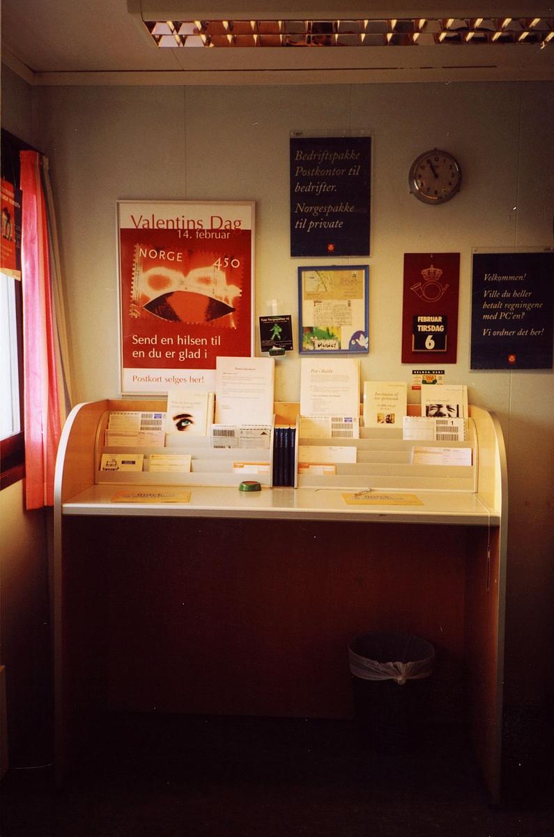 interiør, postkontor, 0137 Bekkelaget, skrivebord for publikum, blankettstativ med blanketter, plakater, kalender