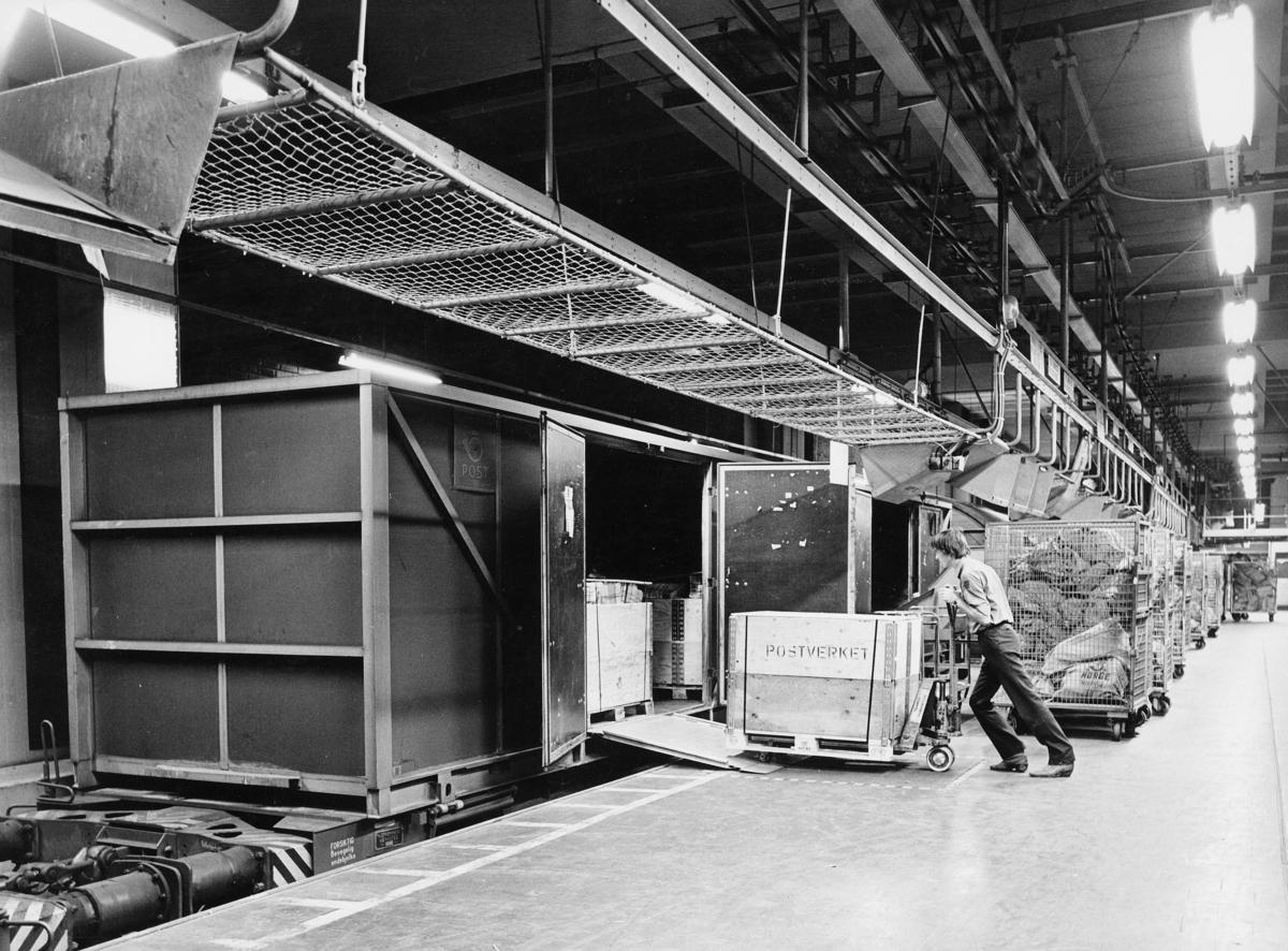 transport, tog, Oslo postterminal, container, innlasting, postsekker, mann