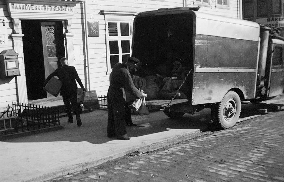 transport, bil, Kristiansund N, lastebil, innelukket, lossing, postkontor, to menn