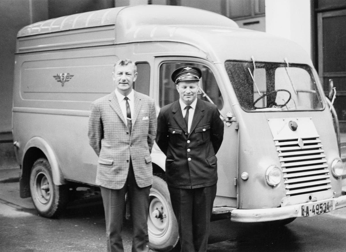 transport, bil, Drammen-Hønefoss, varebil med NSB emblem, to menn. Renault, årsmodell 1950.