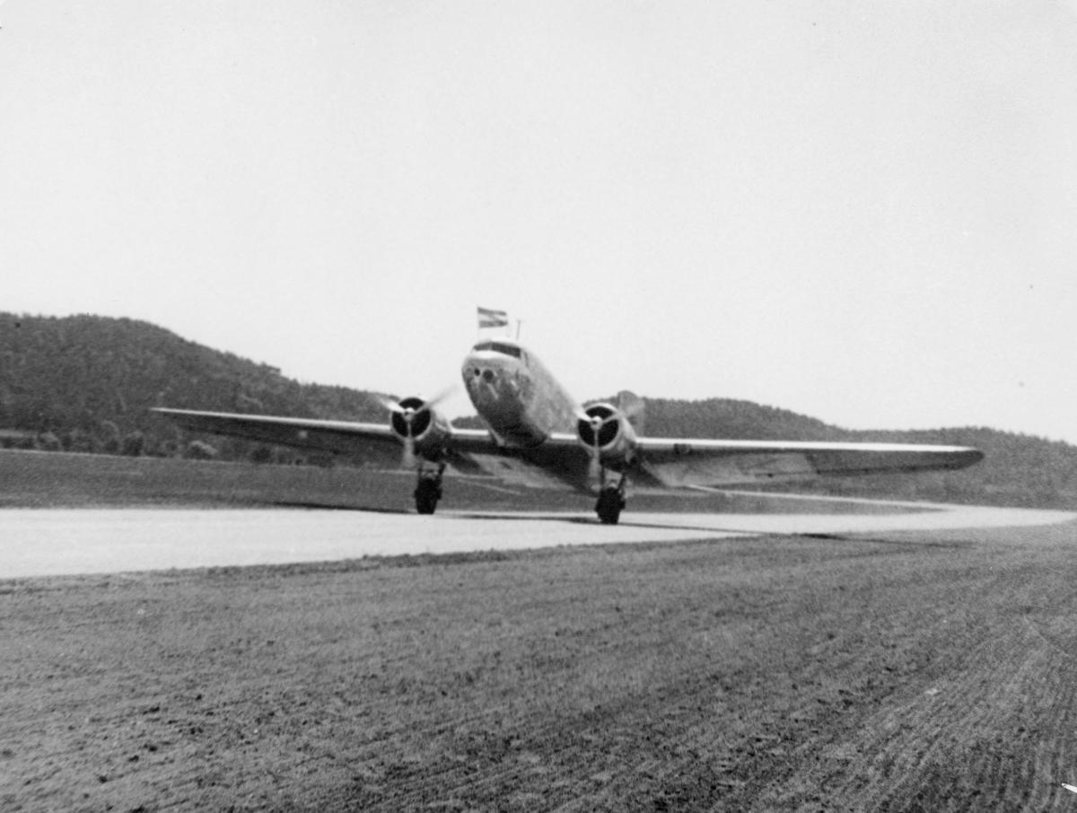 transport, fly, Douglas DC-2, eksteriør, Kjevik, Amsterdamflyet, på bakken