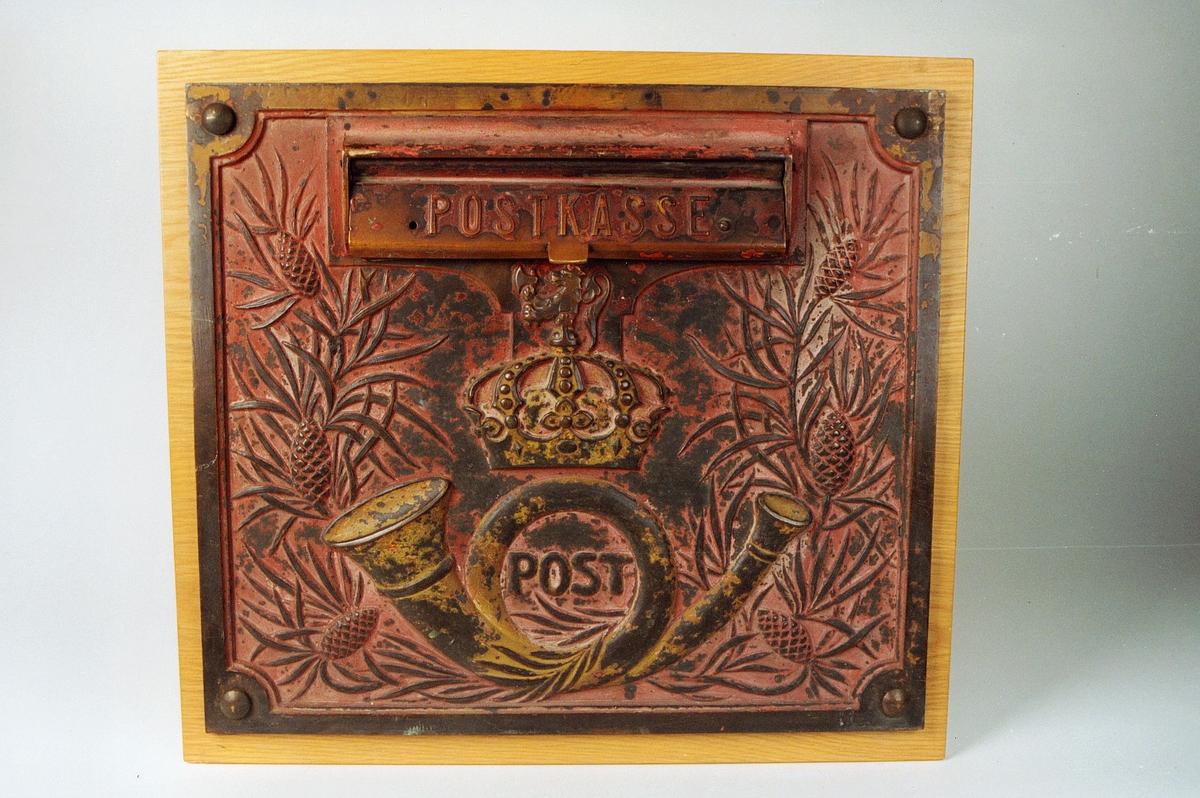 Postmuseet, gjenstander, postkasse, postinnkast, brevkasse, Postkasse og posthorn med krone og riksløve (postlogo), fronten er dekorert med barnåler og kongler: