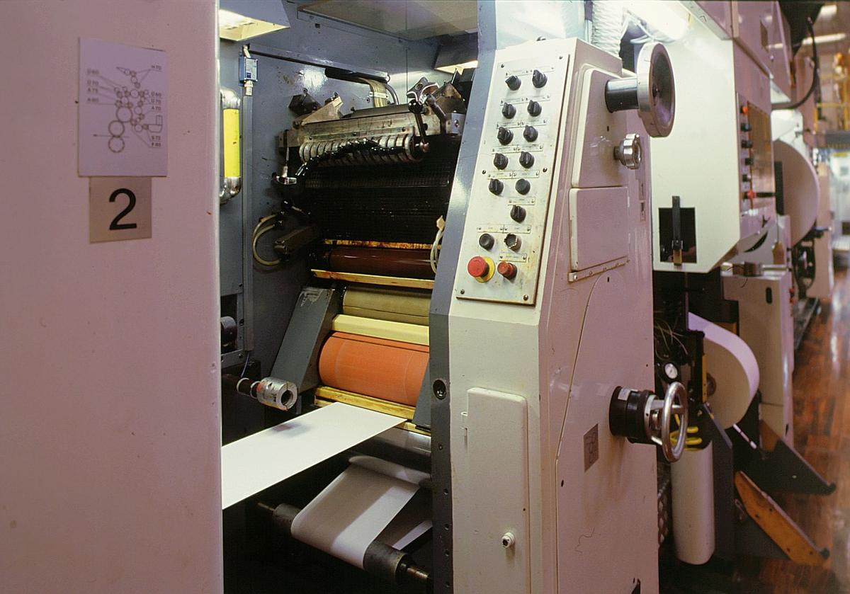 frimerketrykking, Norges bank Seddeltrykkeriet, rotasjonspresse, Goebel frimerkerotasjon, frimerker i produksjon, kontrollpanel i enden av maskinen, digital klokke, termometer, rød valse