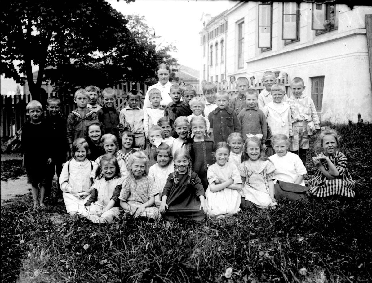 Gruppebilde av skoleklasse ved Lillehammer folkeskole. Tatt av fotograf Botn.
