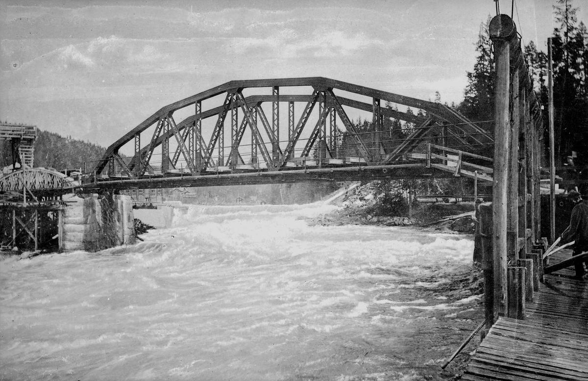 Jernbanebro over stor elv - muligens Døvikfoss bru ved Åmot stasjon på Randsfjordbanen, som var feridg ombygget i 1907.