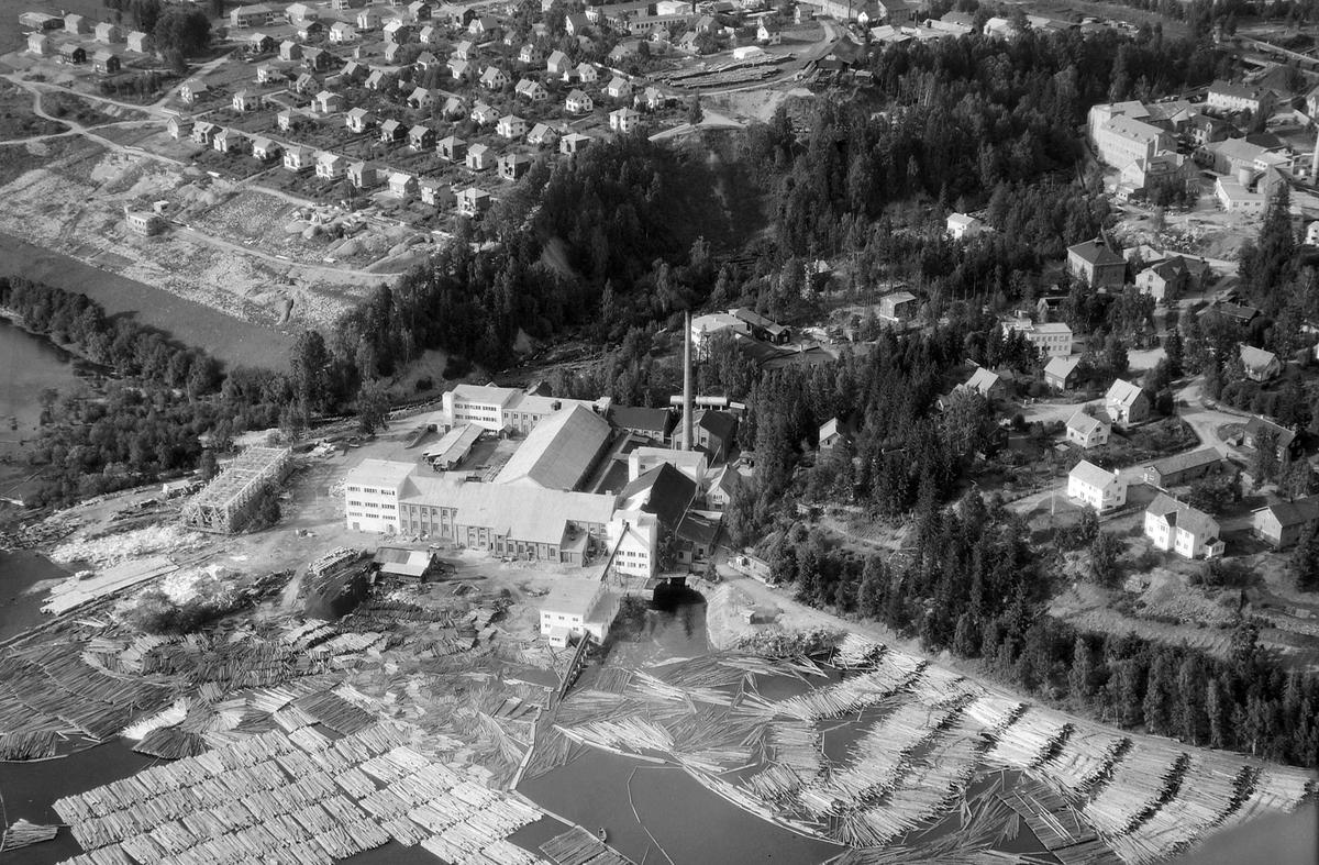Flyfoto, med Mesna Kartonfabrik A/S mot Busmoen, og Gudbrandsdalens Uldvarefabrik A/S øverst i høyre hjørne