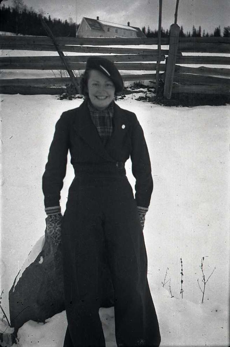 Kvinne, snø, gjerde
