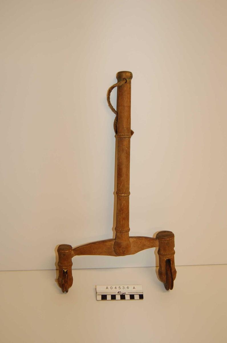 """A: 39cm skaft,+ 12 cm """"ben"""" + 7cm diam. trinser, skaft 3 cm diam., nedre del 26 cm bredde, festet med trenagle i midten og vippbar. B: ?, 59cm C: ? 63 cm . D:vippe, 56cm, m.jernkrampe for opheng, E, F, G, ?? H+I: to vipper, 63cm J, K,L: 3 kiler, ca 12 cm"""