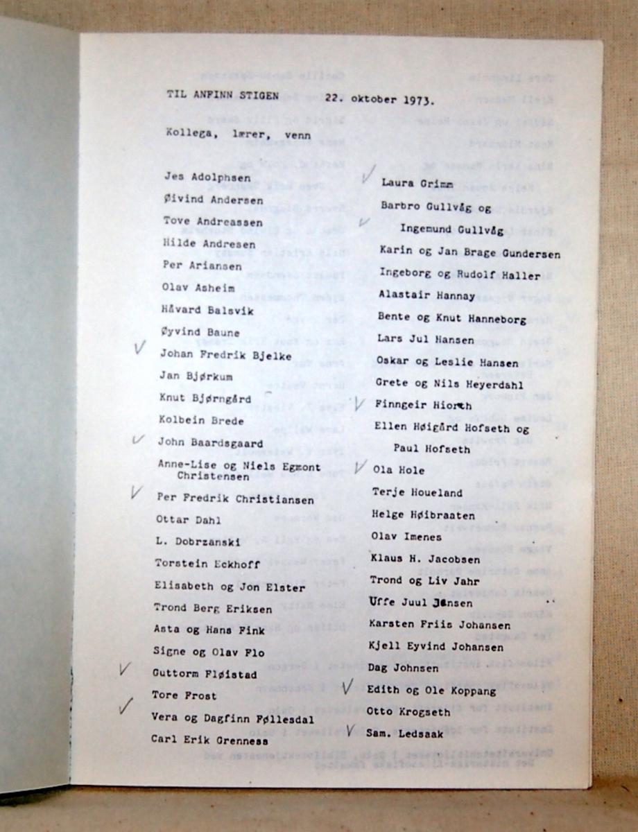 Filosofen Peter Wessel Zapffe og hans kone Berit testamenterte sin eiendom på Båstad i Asker til Universitetet i Oslo. Da det ble besluttet å selge eiendommen i 2009 ble deler av P.W. Zapffes arbeidsrom og andre eiendeler overlatt til Asker Museum. Denne samlingen inngår nå som en permanent utstilling på museet. Kompendiet har turkis omslag