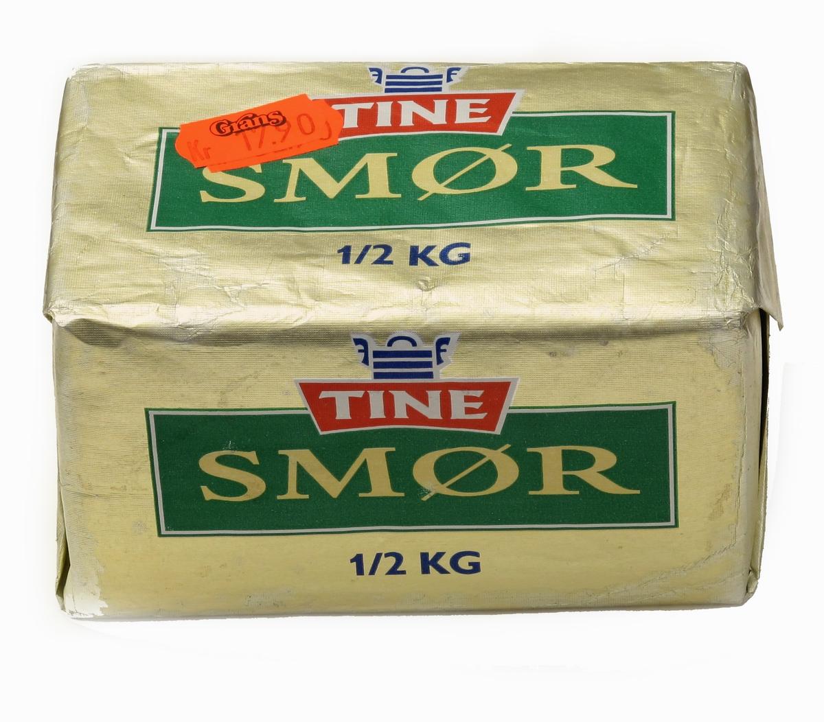 Smørpakke i papir, påtrykt varemerke og vareopplysninger, samt strekkode. Normal pakning på 1/2 kg. Avlang form. Papiret er brettet rundt en trekloss. Tilstand: God.