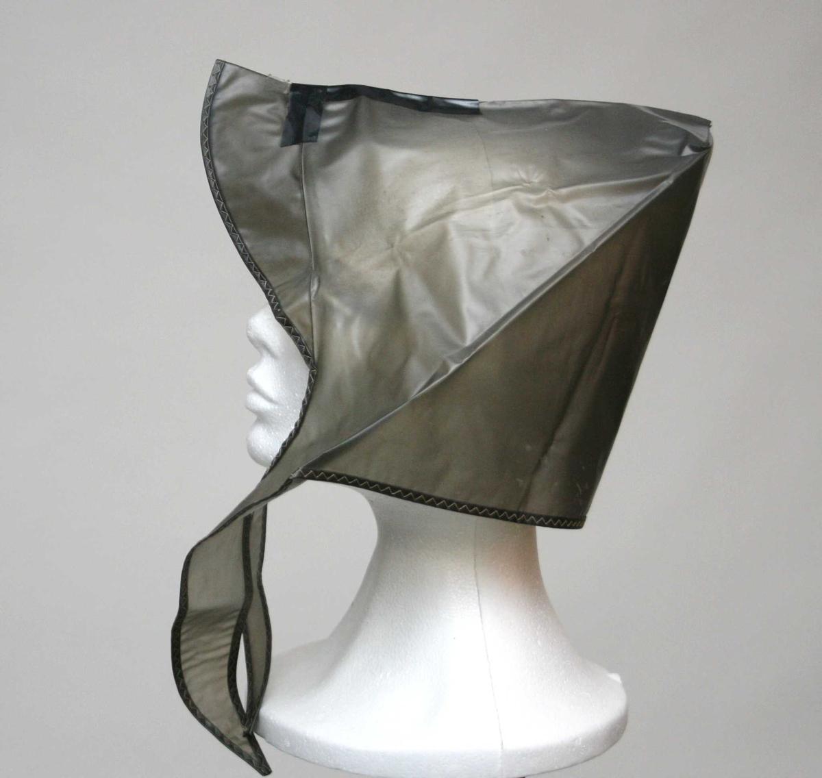 Plasthette/-lue med skygge og korte knytebånd.