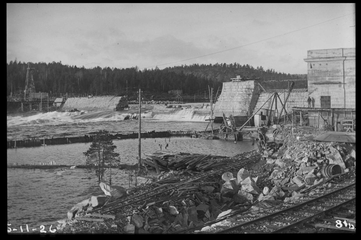 Arendal Fossekompani i begynnelsen av 1900-tallet CD merket 0468, Bilde: 55 Sted: Flaten Beskrivelse: Kraftstasjon. Med del av dam