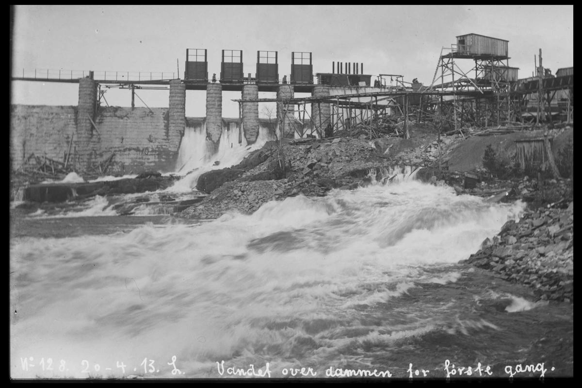 Arendal Fossekompani i begynnelsen av 1900-tallet CD merket 0565, Bilde: 23 Sted: Haugsjå Beskrivelse: Vann over dammen for første gang
