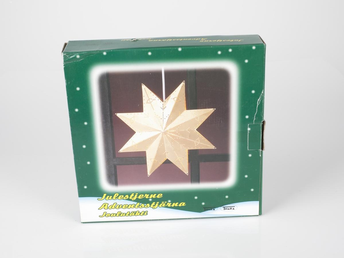 Pappeske med fotografi av flere lysende nisse og julefigurer. Esken er rød med firkantede felter med grønn ramme med fotografi av lysende figurer.  (tre skandinaviske språk)  Forside: Julestjerne  Bakside: Slik monterer du julestjernen. Made in China.