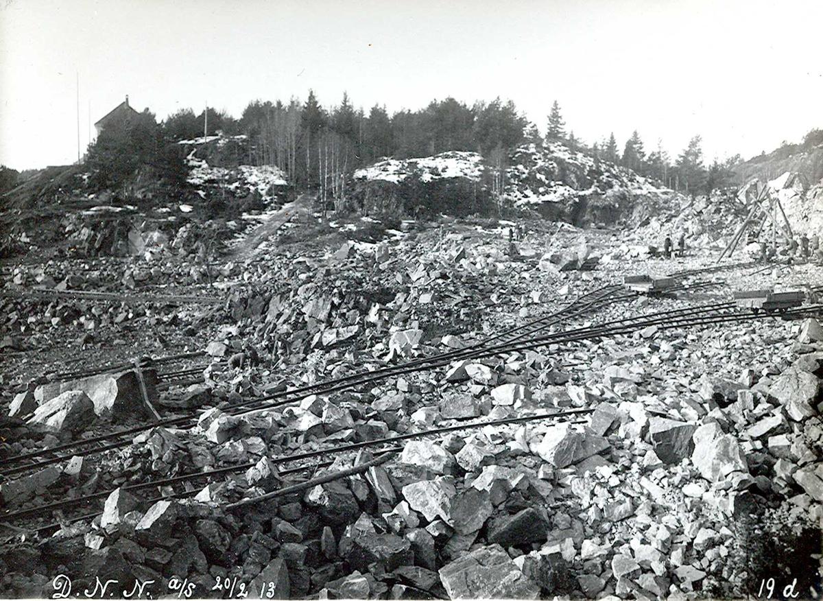 """""""20/02-1913"""" Nitriden. Utsprengning og planering av fabrikktomten. På høyden til venstre Smelteverkets første direktørbolig. Skinneganger for traller."""
