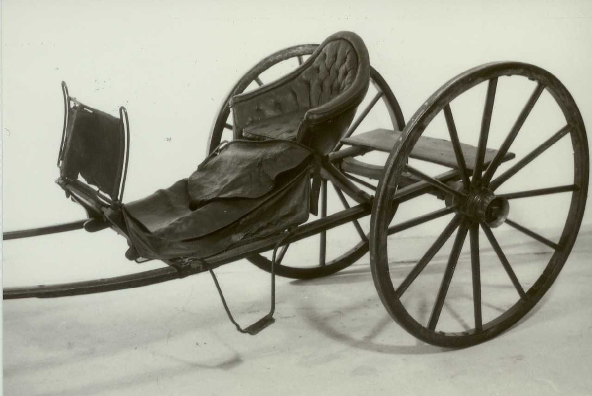 Form: 2 store hjul med sterkt styrt. Fating plassert direkte på skjækene.