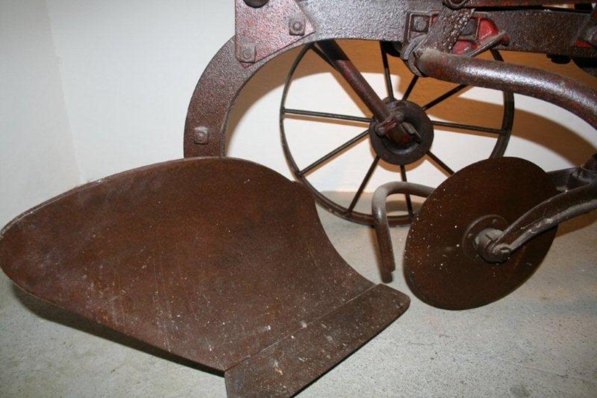 Form: Ramme med 2 hjul og et skjær