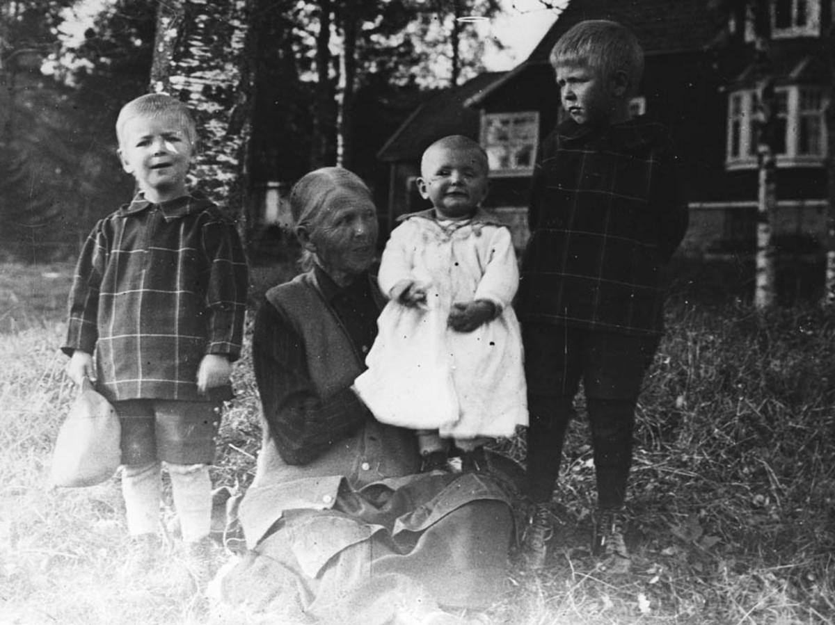Gruppebilde. Eldre kvinne og tre barn