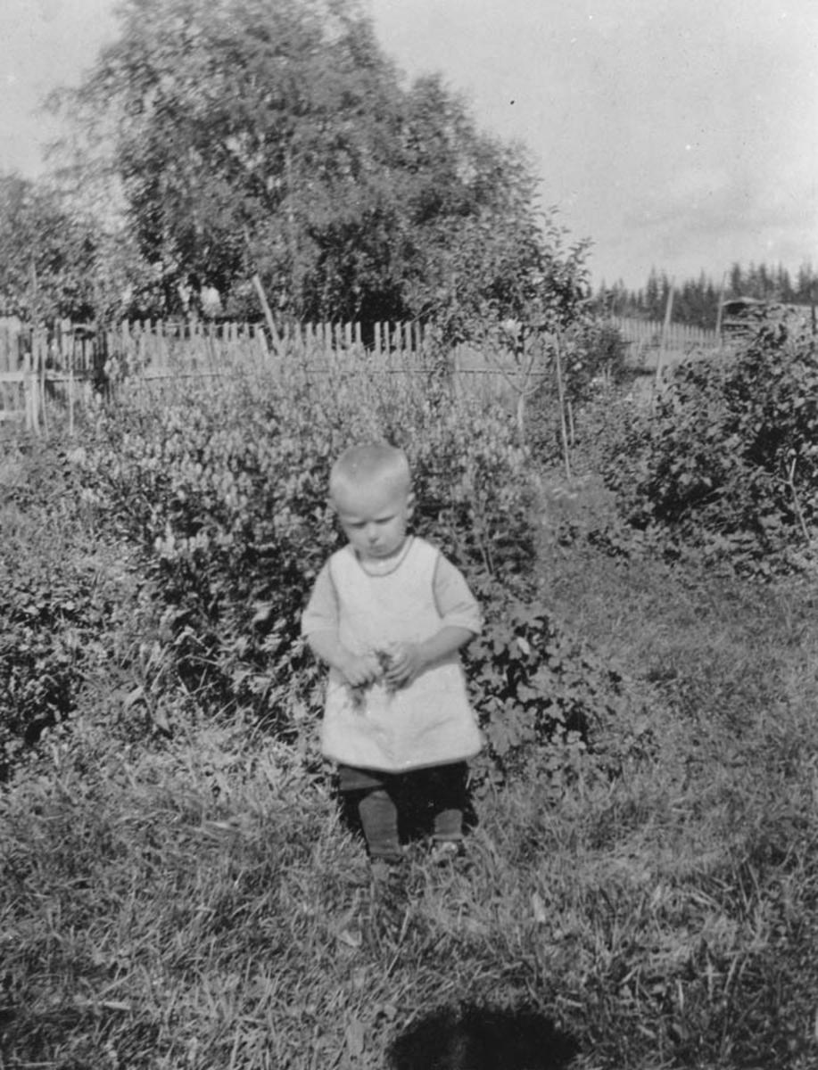 Lite barn ute i hagen.