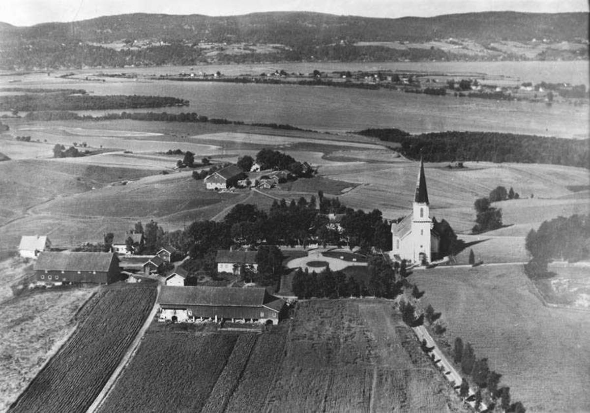 Flyfoto - landskap med kirke