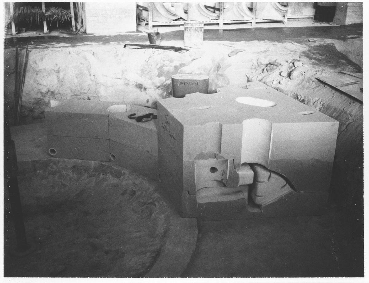 Strømmens Verksted Støping av Fracisturbin. Deler av kjernen legges på plass i støpegropen. (Bildenummerene følger ikke arbeidsgangen.)