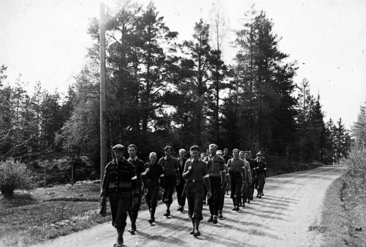Hjemmestyrker på marsj til  øvelsesskyting 1945