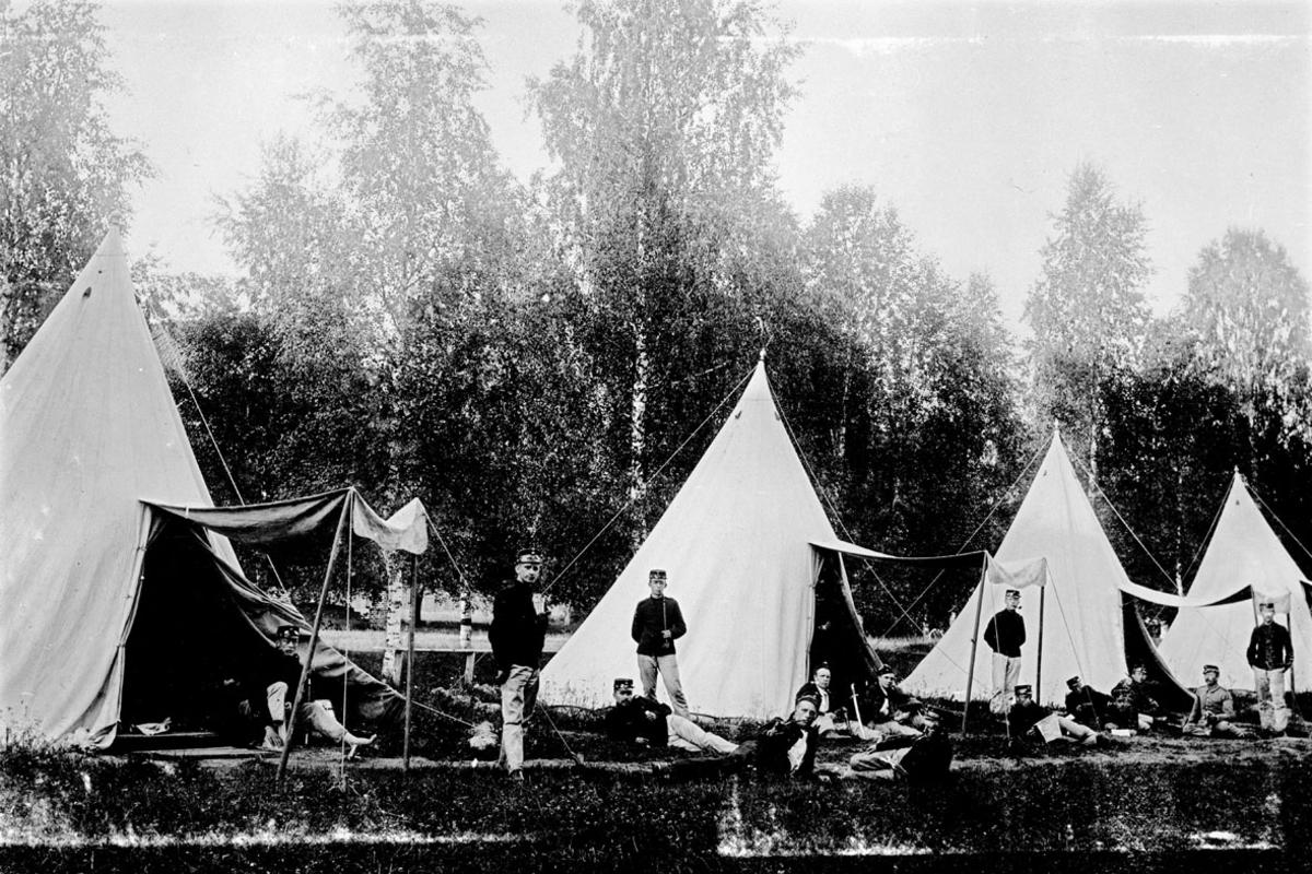 Teltleir m/soldatene utenfor teltene sine.