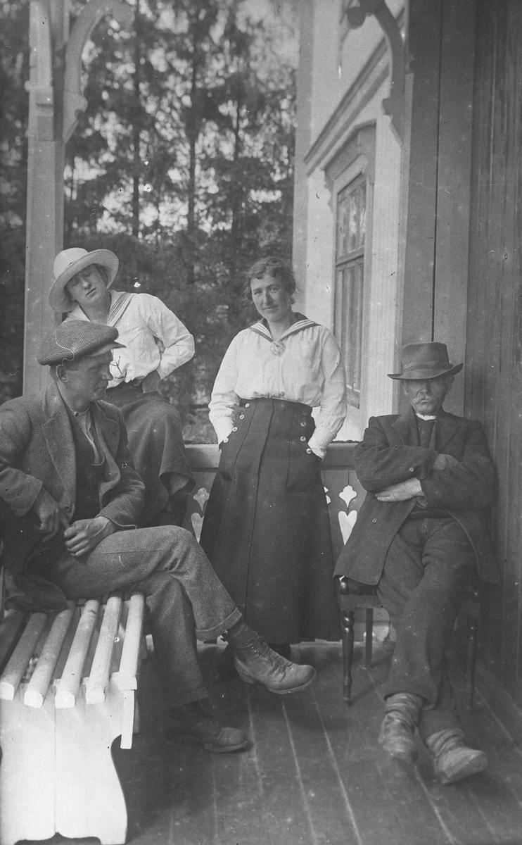 To kvinner og to menn på verandaen på Nordre Borgen.