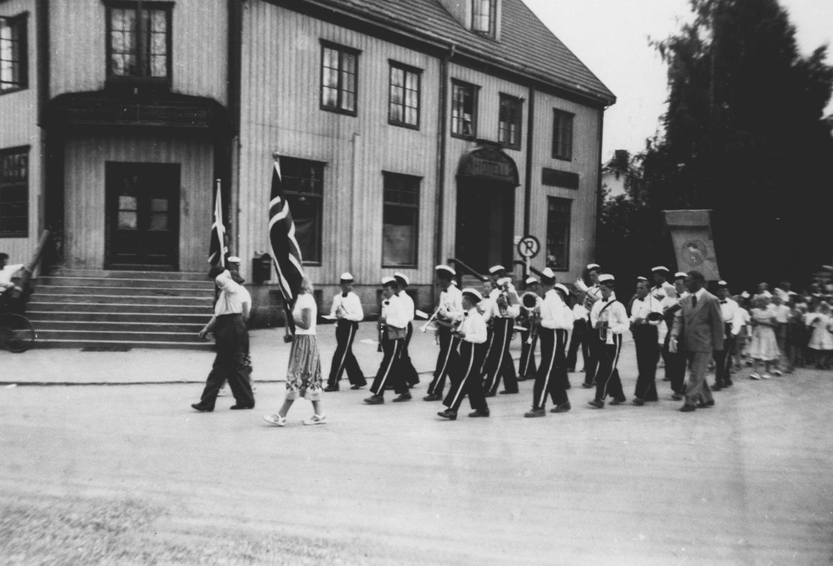 Årnes Juniorkorps marsjerer foran Solberg Hotell i Årnes sentrum 17 mai