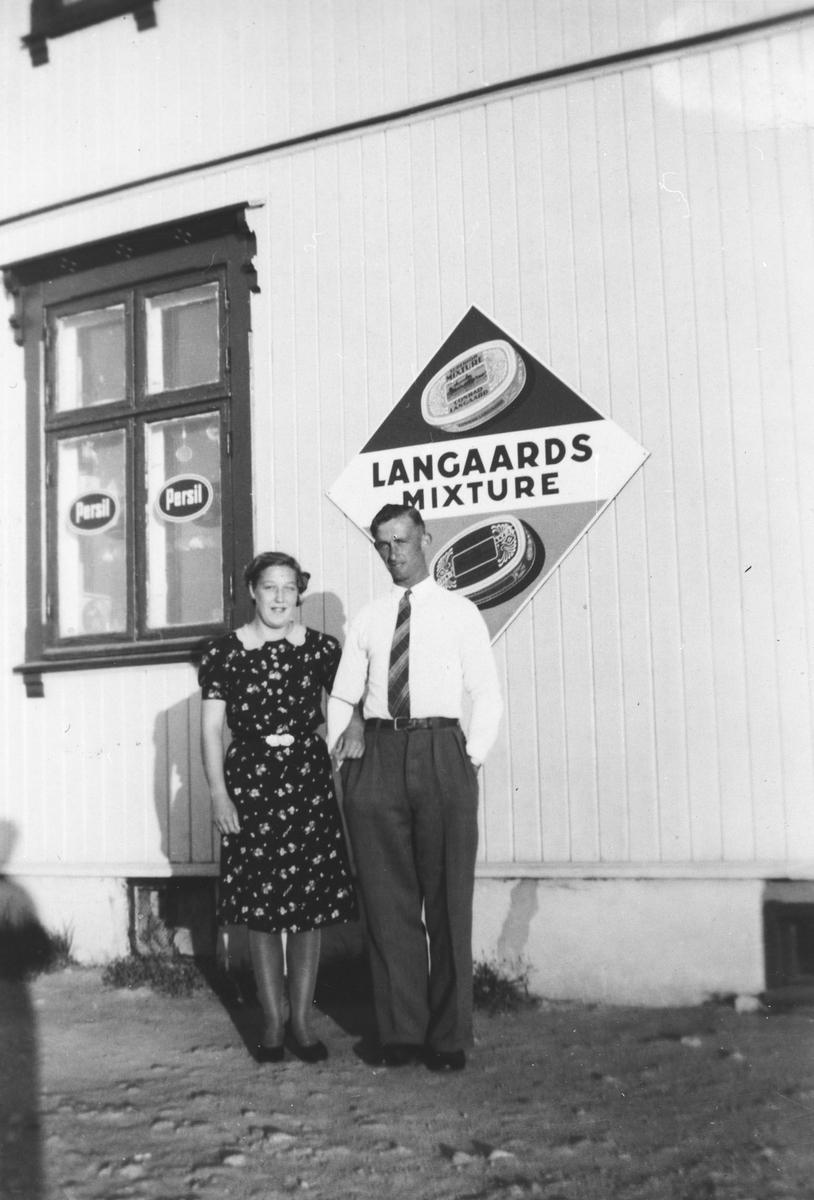Bjarne og Mary Kokkim foran Kokkimo butikken på Haga ( Støveruds butikk)