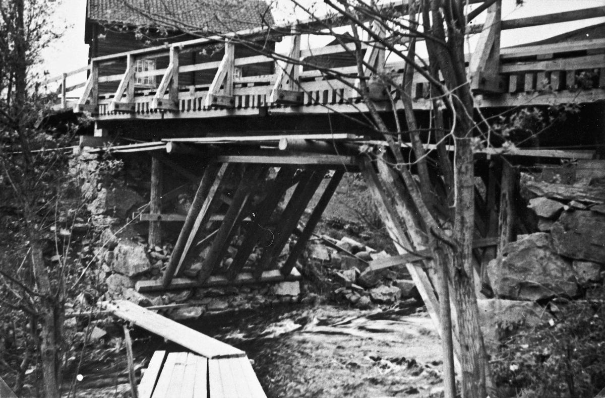 Holt bru over Holtåa. Ble sprengt 11. april og hindret tyskerne i 3 dager. På bilde 2 står Einar Larssen.