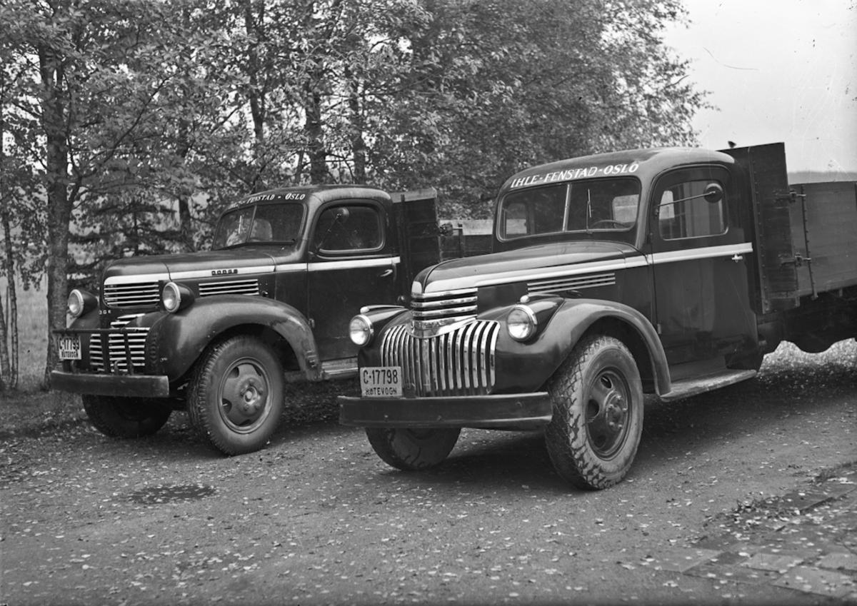 """2 lastebiler. DODGE med reg.nr. C-17799 til venstre, Chevrolet med reg. nr. C-17798 til høyre. Det står skrevet IHLE – FENSTAD – OSLO på begge. 05.03.2013: Begge disse bilene tilhørte min farfar, Rutebileier Karl Martinsen, Skogstad, 2170 FENSTAD. Bilene gikk i godsrutetransport mellom Oslo og Fenstad og i melketransport rundt i Fenstad til Ihle Meieri. C 17799 , 1945 Dodge ble kjøpt rett etter krigen og var i bruk til utpå 60 tallet. Den ble solgt til Håvard Lunner på Frøyhov som gårdsbil. Denne bilen var en millitær modell som ble solgt som overskuddsmatriell. C 17798, 1947 Chevrolet ble kjøpt hos Christiansen & Co i Oslo. Førerhus og lateplan ble bygget hos Sigurd Jensens karosserifabrikk på Styri i Eidsvoll. Bilen var i bruk til på slutten av 60 tallet. Skrevet av: Geir Martinsen 07.04.2014: 1947 Chevrolet med førerhus fra min farfar, Sigurd Jensen. Bilen tilhørte Karl Martinsen, Fenstad. Han drev godsruta Ihle-Fenstad -Kløfta-Vormsund. Registreringsmerket C-17798 var overtatt fra """"Sølvbussen"""" som var lagd hos Sigurd Jensen-karosserifabrikk. (Etablert i 1936). Kilde: """"Håndverk på hjul-Karosserifabrikker og karosseribygging i Norge"""". Asbjørn Rolseth. Skrevet av: Kirsti Bokn"""