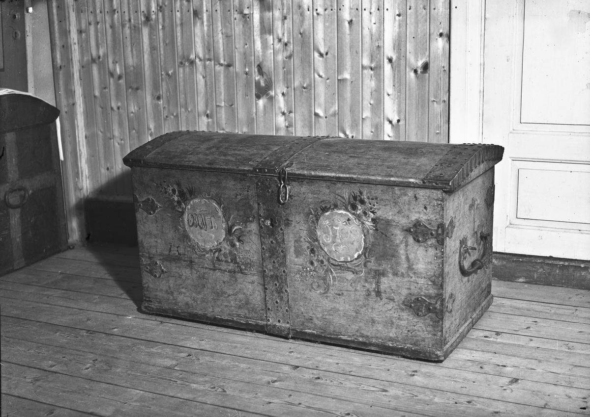 """Kiste. """"Anno 1796"""" står på kista."""