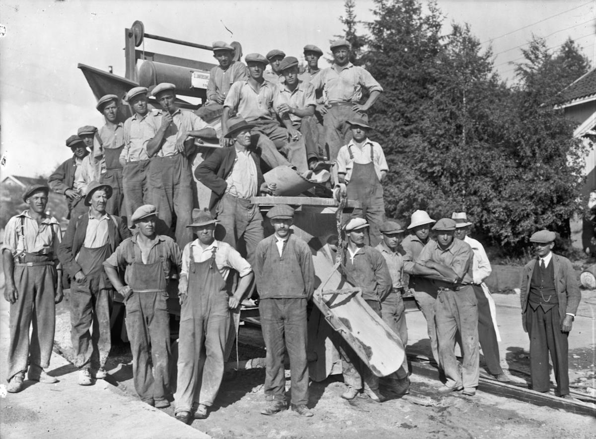 Anleggsarbeidere. Legging av betong i Sundet i 1936. Karl K Sannerhaugen nr. 6 fra v. foran.