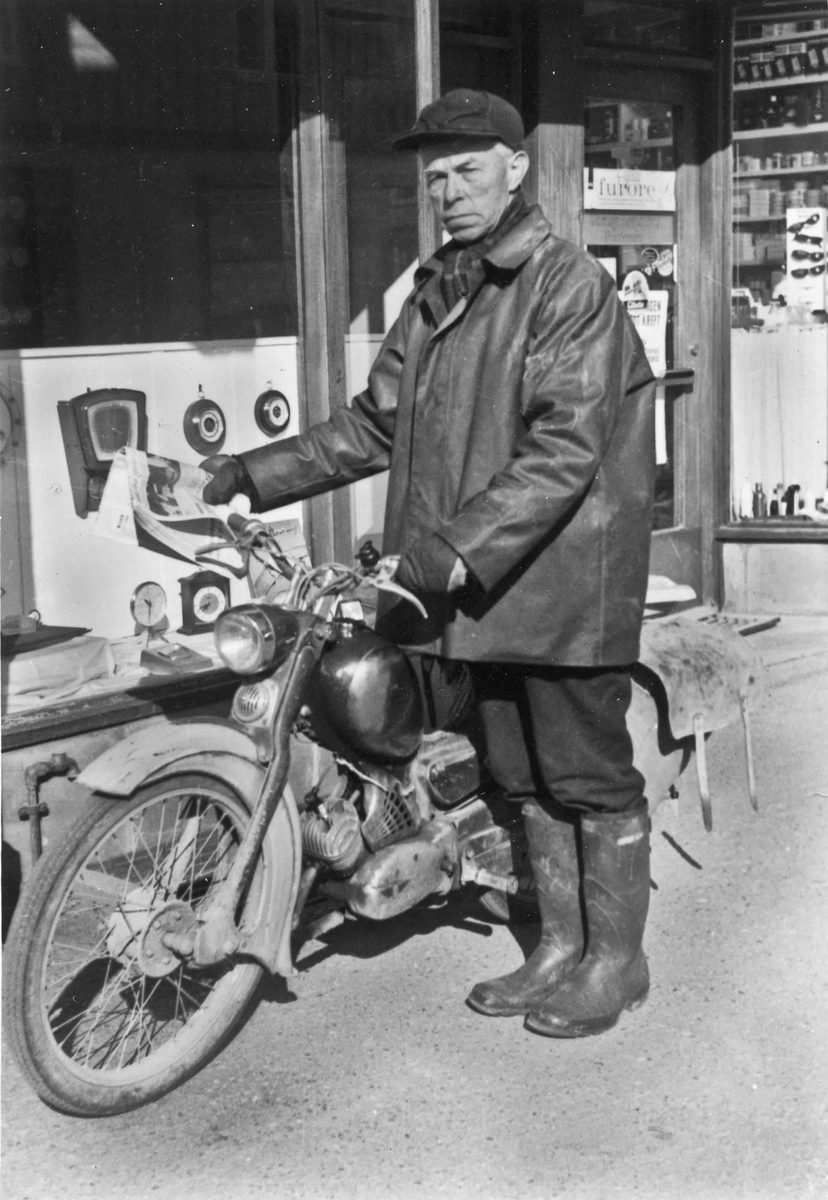 Nils Pedersen fra Styri med sin Zündapp moped omkring 1960.