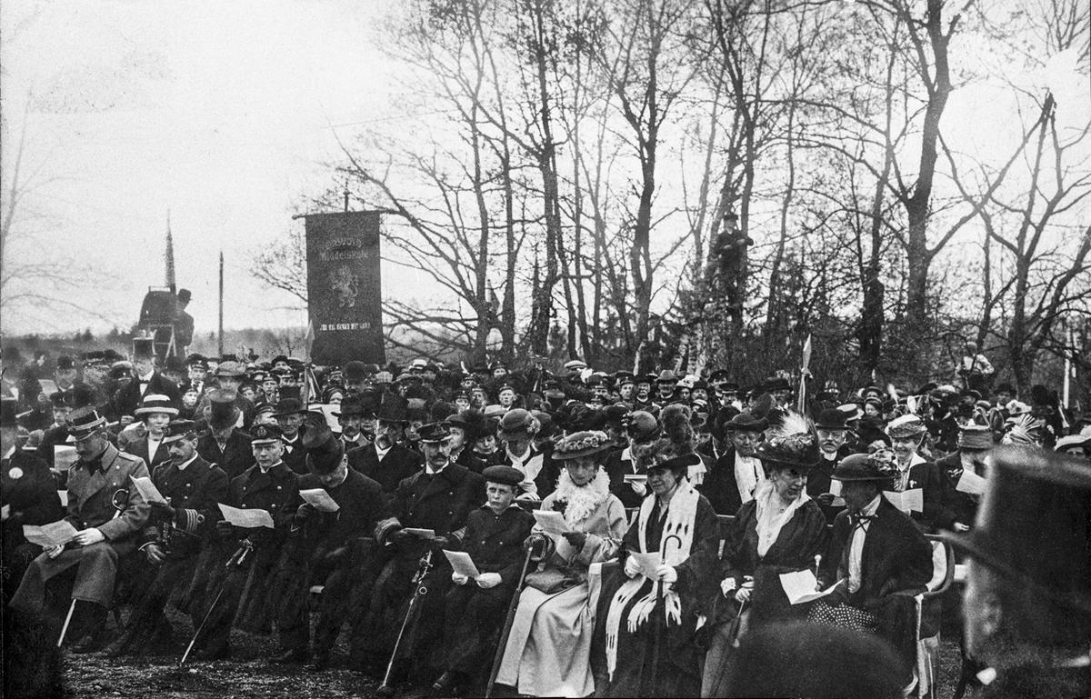 Da monumentet over Carsten Anker ble avduket ved Eidsvollbygningen 16. mai 1914 var hele kongefamilien tilstede. I midten foran sitter kong Haakon, prins Olav og dronning Maud. De kom direkte fra Kristiania med automobil. (Flyen: Eidsvoll Bygds historie 1914-40 s. 27)