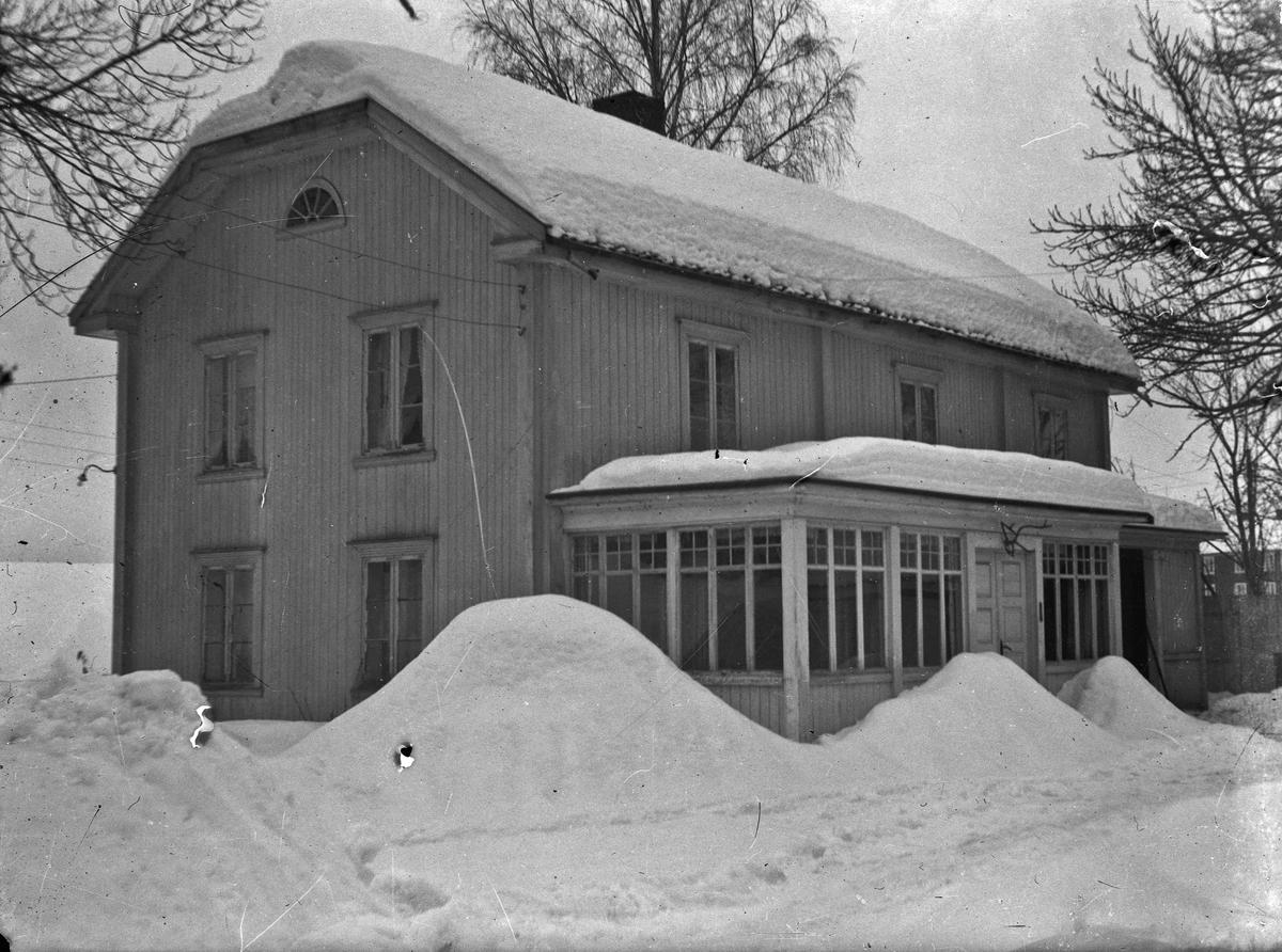 Hus i 2 etasjer med glassveranda. Sommer og vintermotiv.