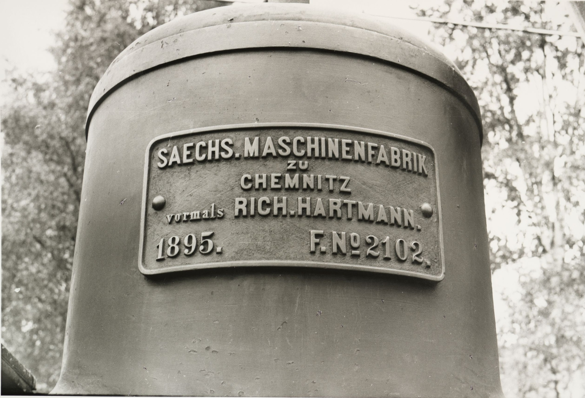 Lok 4 Urskog - fabrikkskilt. Skiltet har følgende tekst: SAECHS. MACHINENFABRIK zu CHEMNITZ vormals RICH.HARTMANN 1895.  F.Nº2102