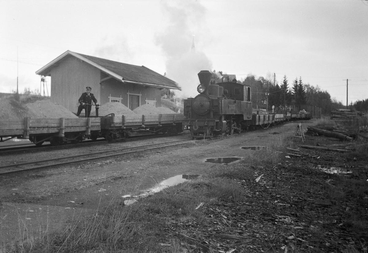 Lok 5 Bjørkelangen skifter på Hemnes stasjon. Vognene er fullastet med grus.