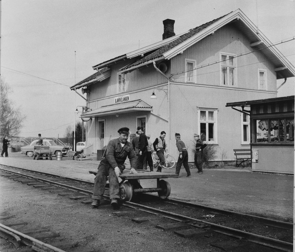 Verkstedarbeider Harald Tyskerud på arbeidstralle i spor 1 på Bjørkelangen stasjon.