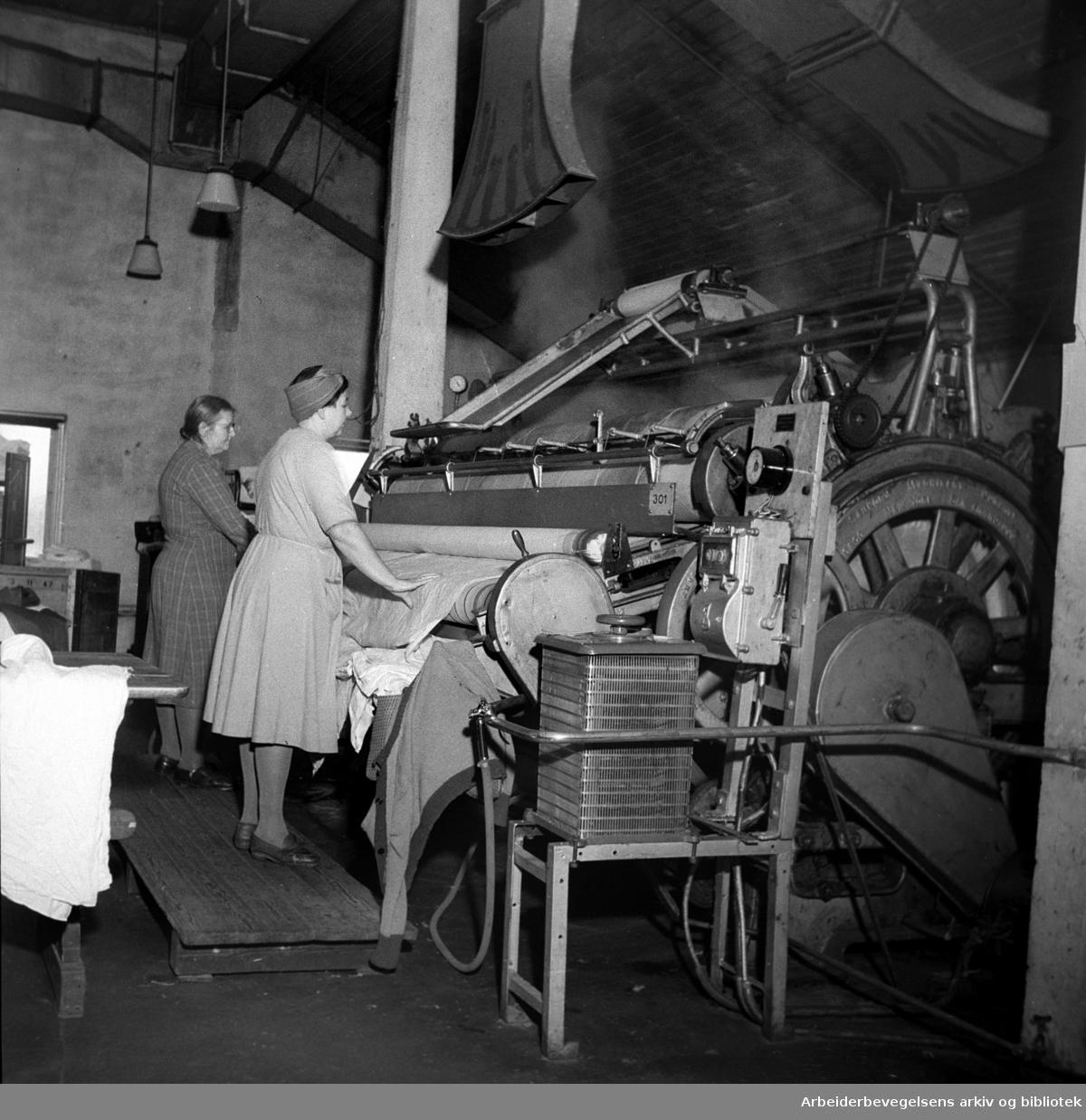 Fra Vel-Vask - betjening av vaskerulle i et moderne vaskeri,.februar 1948