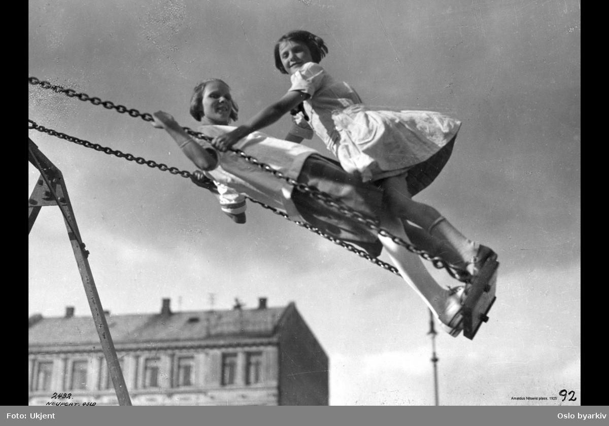 Barn i lek, to jenter i husken, Vestkanttorget