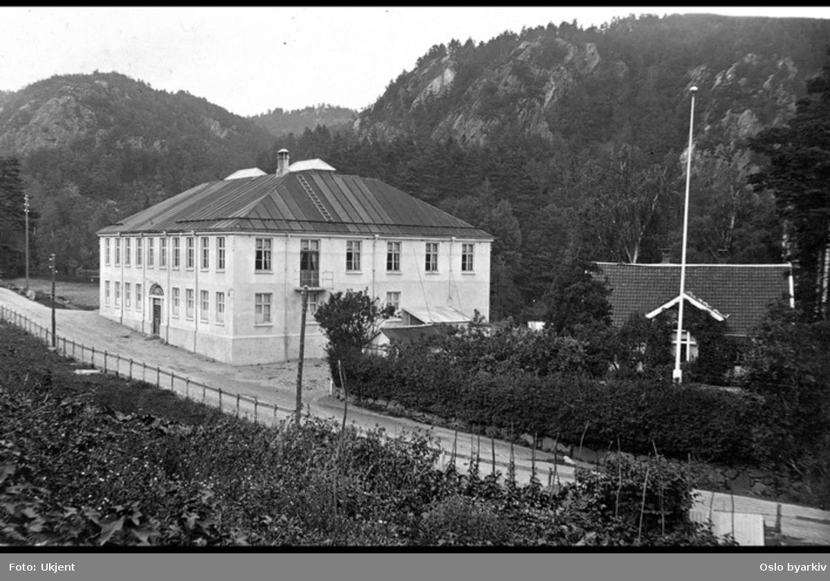 Postkortfotografi av tekstilfabrikk, mulighens fabrikken for Norgesplaster. Sannsynligvis på Mosby, ved Høie fabrikker.