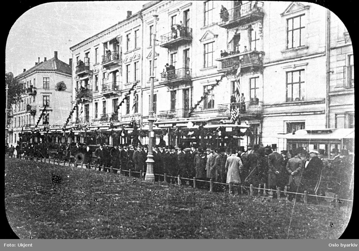 AS Kristiania Sporveisselskab (Grønntrikken) feirer med pomp og prakt og innbudte gjester at Munkedams-linjen ble elektrifisert og utvidet til Torshov i den ene enden og til Munkedamsveien i den andre. (Hestesporvognens tid var derved over.)