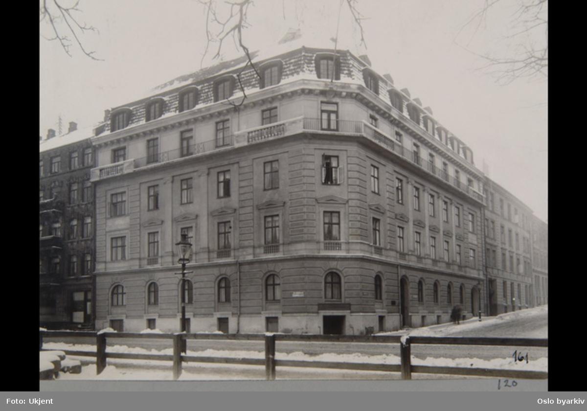 """Sannsynligvis fra 1920-tallet. Albumtittel: """"Fotografier over Kristiania kommunes boligbebyggelse""""."""