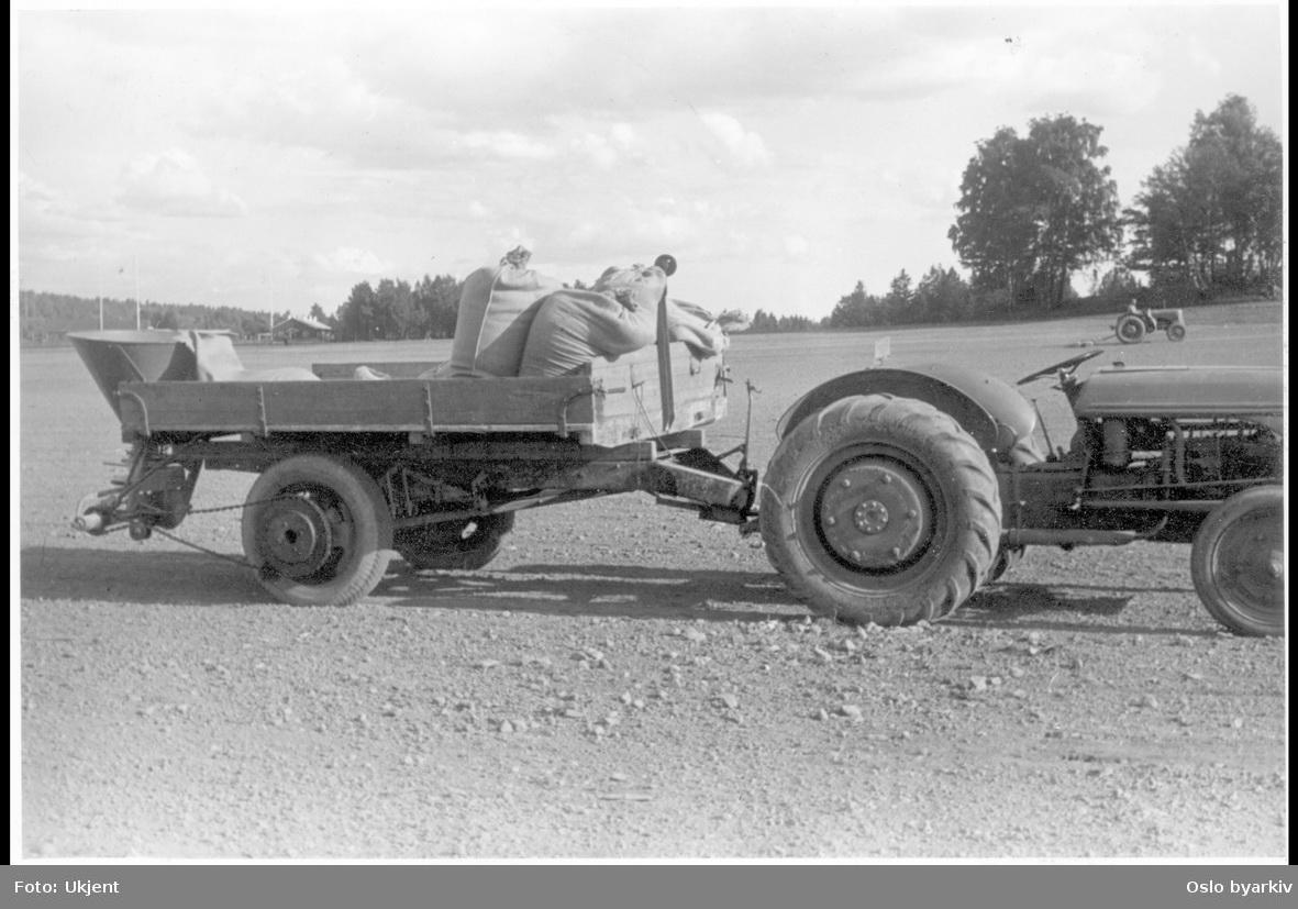 Traktor med såmaskin på tilhenger.