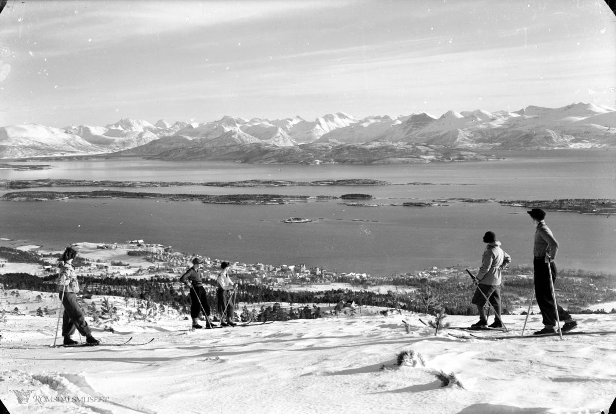Molde sett fra nord., Molde sett fra Hansens hytte, skiløpere i forrunnen. 1935.