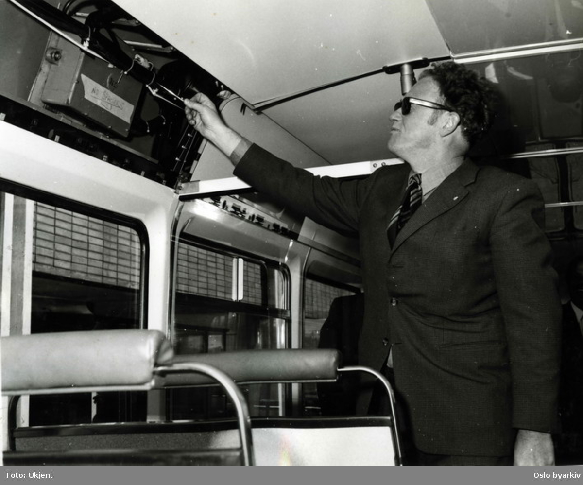 Interiør i en Leyland National buss. En busstype som ble produsert mellom 1972 og 1985. Da som et samarbeidsprosjekt mellom National Bus Company og British Leyland. Ingeniør Orre inspiserer.