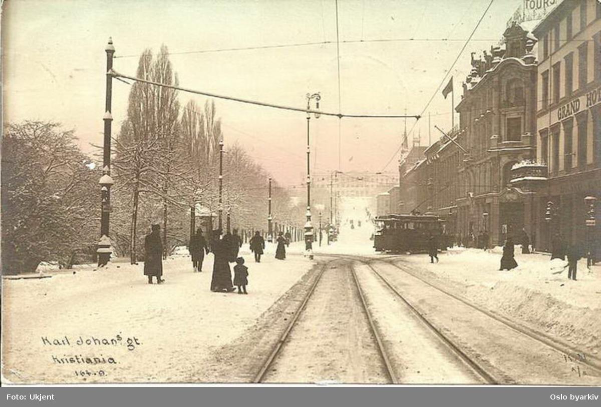 Trikk type U svinger inn i Karl Johans gate, snø, postkort KN A/S 164-9.