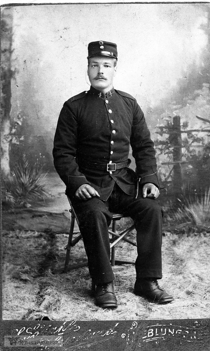 Portretter, Portretter:.Peder H. Svinnset som soldat. f. 11/11-1881, d. 1967..Han var fiskar og småbrukar på nedre Svinnset.